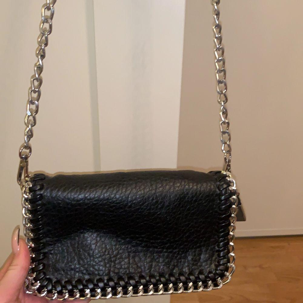 En liten svart väska köpt på scorett, fint skick. Vid snabb affär 150. Accessoarer.