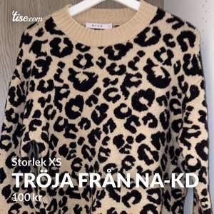 Stickad tröja i leopardmönster från nakd i storlek XS. Mycket sparsamt använd och i superfint skick. Frakten kostar 50kr😊