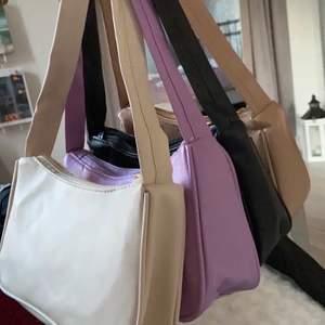 Hej! Har kvar dessa väskor som jag säljer för 105 kr styck 💕 Hör av er!! De är i toppskick! Den svarta och vita är såååå snygga nu till vintern