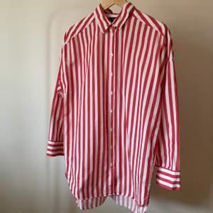 Rödrandig skjorta i något oversized modell. 💯 % bomull. Fint skick, inget att anmärka på. Köparen står för eventuell fraktkostnad 🍿🛷