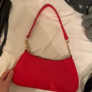 Röd väska från H&M använd enstaka gånger