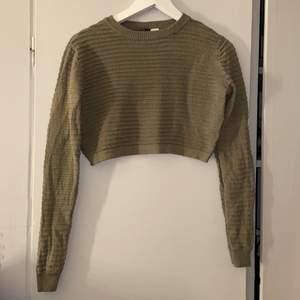 """Militär grön """"ribbad"""" tröja från h&m. Den är i storlek XS men kan användas som storlek S också🤍"""
