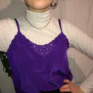 Såå fint lila linne!! I siden liknade tyg 💜 bara att skriva om du undrar något