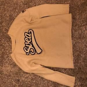 Stickad tröja i smutsig vit färg. Jätte varm. Lite lite. Is st, enligt etikett är det st M men hag skulle säga xs eventuellt s.
