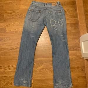 Sjukt snygga jeans från dolce&gabbana med snygga slitningar och passform. Jag har storlek s och dom är stora men funkar bra med ett skärp. Står inte vilken storlek men skulle säga s-l beroende på hur dom ska sitta. Skit snygga bak där det står DG😍
