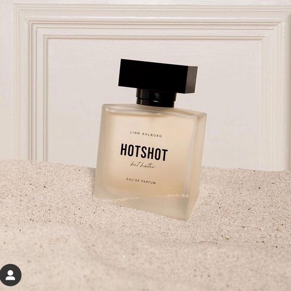 Jag har enbart luktat på parfymen en gång och säljer den nu då den är lite för söt i min smak. Kan inte returnera parfymen då kartongen är uppbruten så säljer den här på plick till någon som kanske inte hann få tag på den när den släpptes på Nordicfeel ;). Övrigt.
