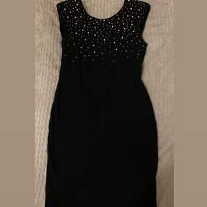Korta svart klänning glittrig uppe användes bara en gång!!❤️