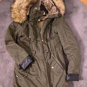 Säljer denna otroligt varma vinter jacka då den inte kommer till användning. Passar både S och M.💚