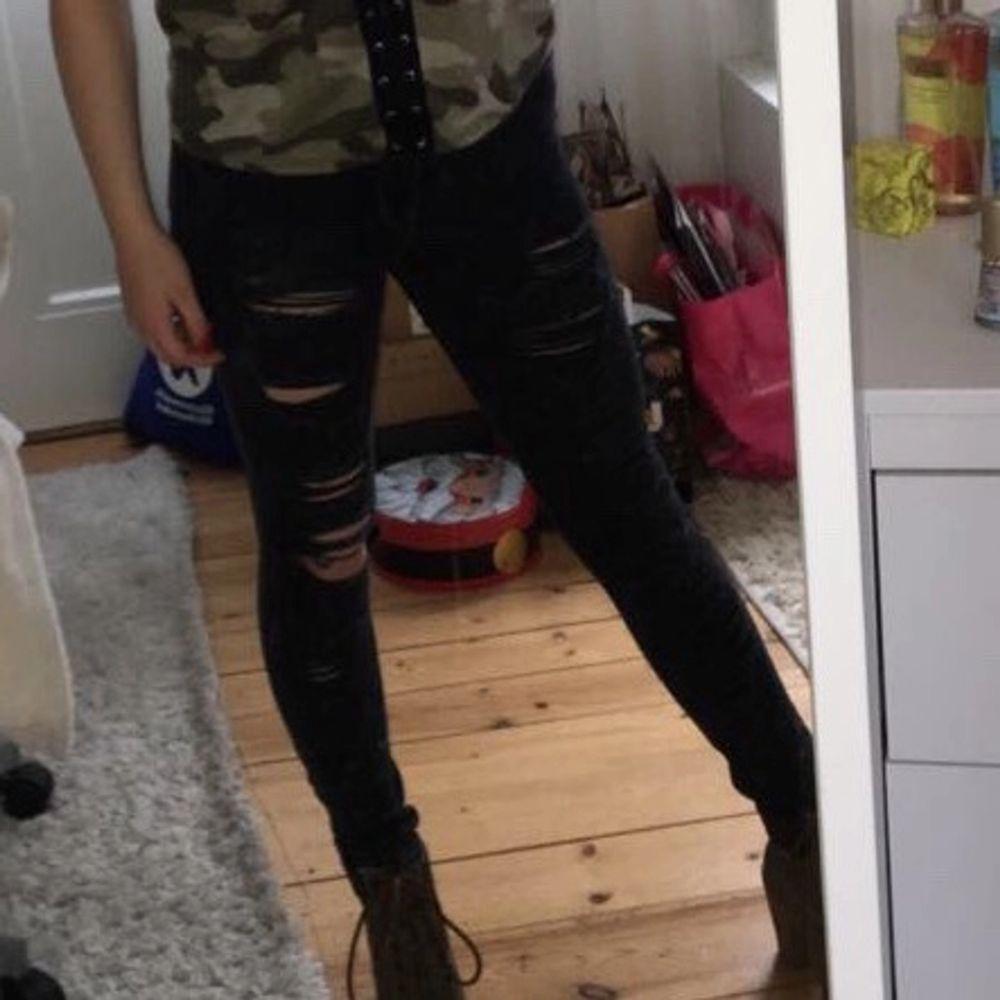 Grå svarta jeans med hål. Dom är grå stänkta för en mer sliten rock look. Känt mig som en bad ass i dessa men nu passar de tyvärr inte. Välanvänd men i bra skick. Från Mango 2017 i st 34 / xs.. Jeans & Byxor.