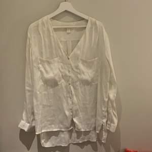 Perfekt till stranden över bikinin. Eller ha till vardags. Den perfekta skjortan/blusen då den går att klä upp o klä ner.