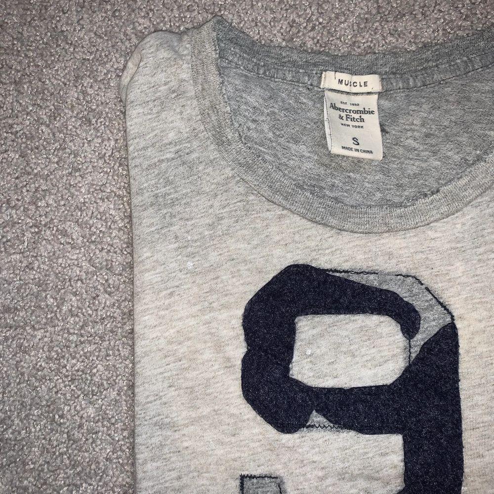 Snygg T-shirt från Abercrombie, köpt på killavdelningen men fungerar lika bra för tjejer 💖💖 frakt tillkommer 💜. T-shirts.