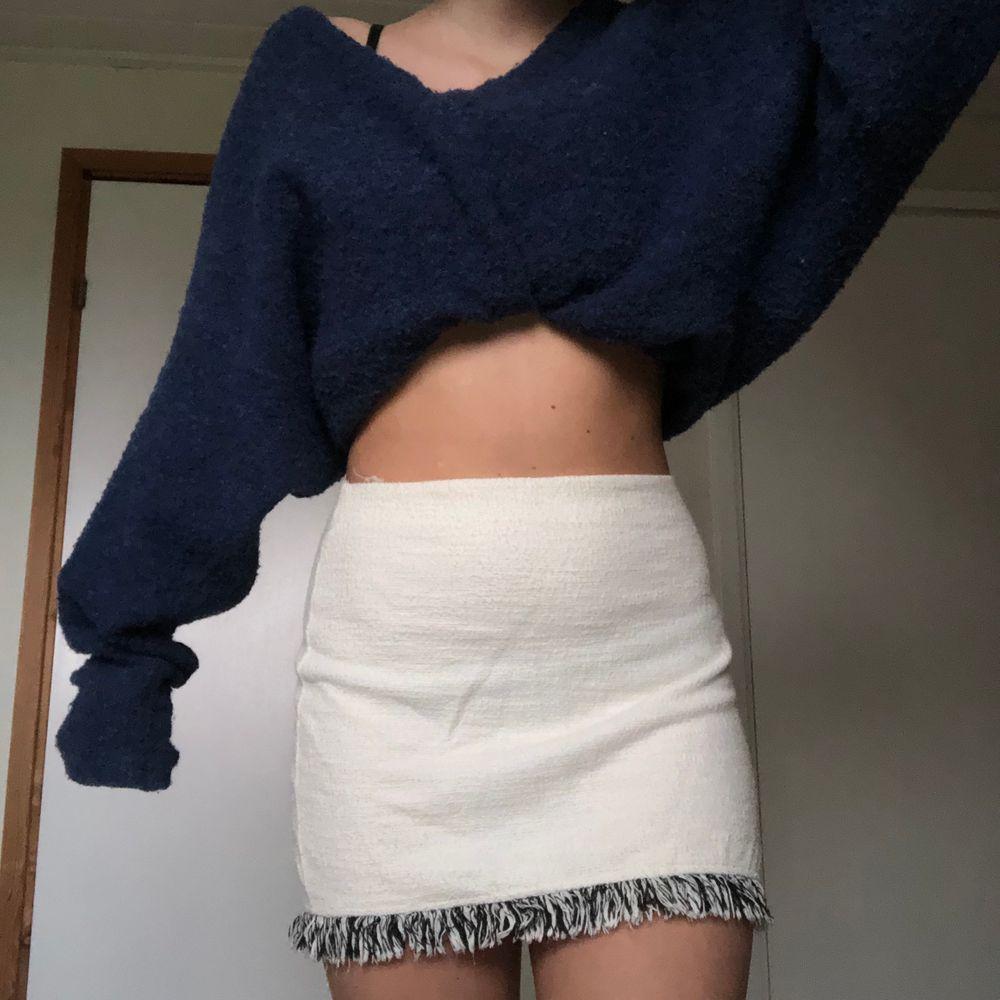Säljer denna fina kjolen från Zara i storlek S. Superfräsch till sommaren men tyvärr för kort för mig :(. Kjolar.