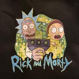 Skit snygg och skön Rick and Morty hoodie! Skick är helt ny så aldrig använd förutom på bilderna! Passar bra på mig som är en M men om man föredrar oversized funkar det bäst på en S och mindre. Skriv för fler bilder!☺️