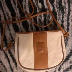 Handväska av läder av märket Fitz Deutschland, haft den i många år, säljes i befintliga skick. Betalning sker via swish, ta kort innan jag postar men betalning skickas innan.