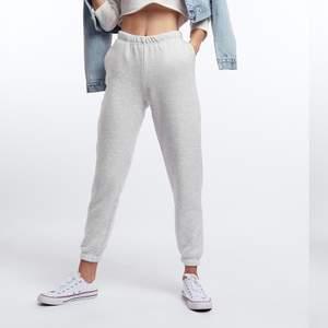 Alla bilder är lånade! Gina Tricot basic sweatpants, nypris 249kr. Har blivit noppriga men inget är trasigt. Säljer också basic cropped hood från Gina Tricot i samma färg och för samma pris! Hör av dig för frågor, fler bilder eller frakt kostnad :)