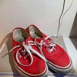 Säljer mina röda låga Vans. Det är hål i innertyget på hälarna (se bild 1) och ett märke framme på vardera tån, men yttersulan är som ny.