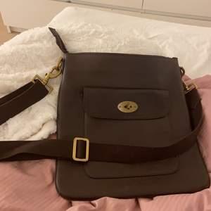 Säljer denna extremt fina väska från mulberry! Bandet går att ändra längd på och väskan har inga skador.