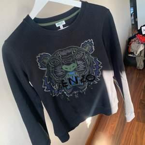 Säljer min Äkta Kenzo tröja som jag köpte för ungefär ett år sen för 2200kr, säljer nu för 600. Passformen känns som Xs då den är lite kort i armarna men annars är den i god skick och inte använd så många gånger. Hör av dig vid intresse eller frågor.