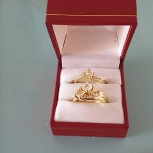 2 fina nya ringar I strl 7.En bred och en mindre. 100 kr med frakten inräknat Det är guldringar men ingen stämpel i.