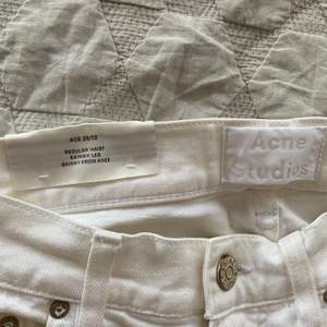 Vita ACNE studios jeans i modellen Ace. Perfekt skick, behöver bara strykas. Storlek 29/32. Buda.