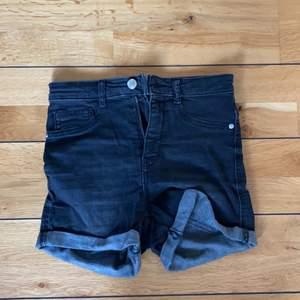 Ett par svarta short i bra skick, säljer pga för små. Pris 30kr+frakt.
