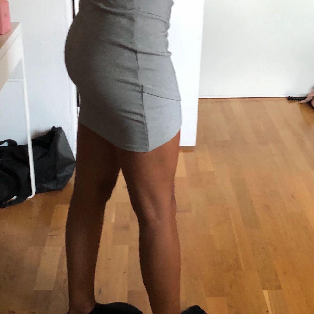 Jättefin grå kjol från stradivarius! Köpt för ungefär 3 år sen och är i mycket bra skick! Frakt tillkommer på 63kr💕hör av er vid fler frågor. Kjolar.