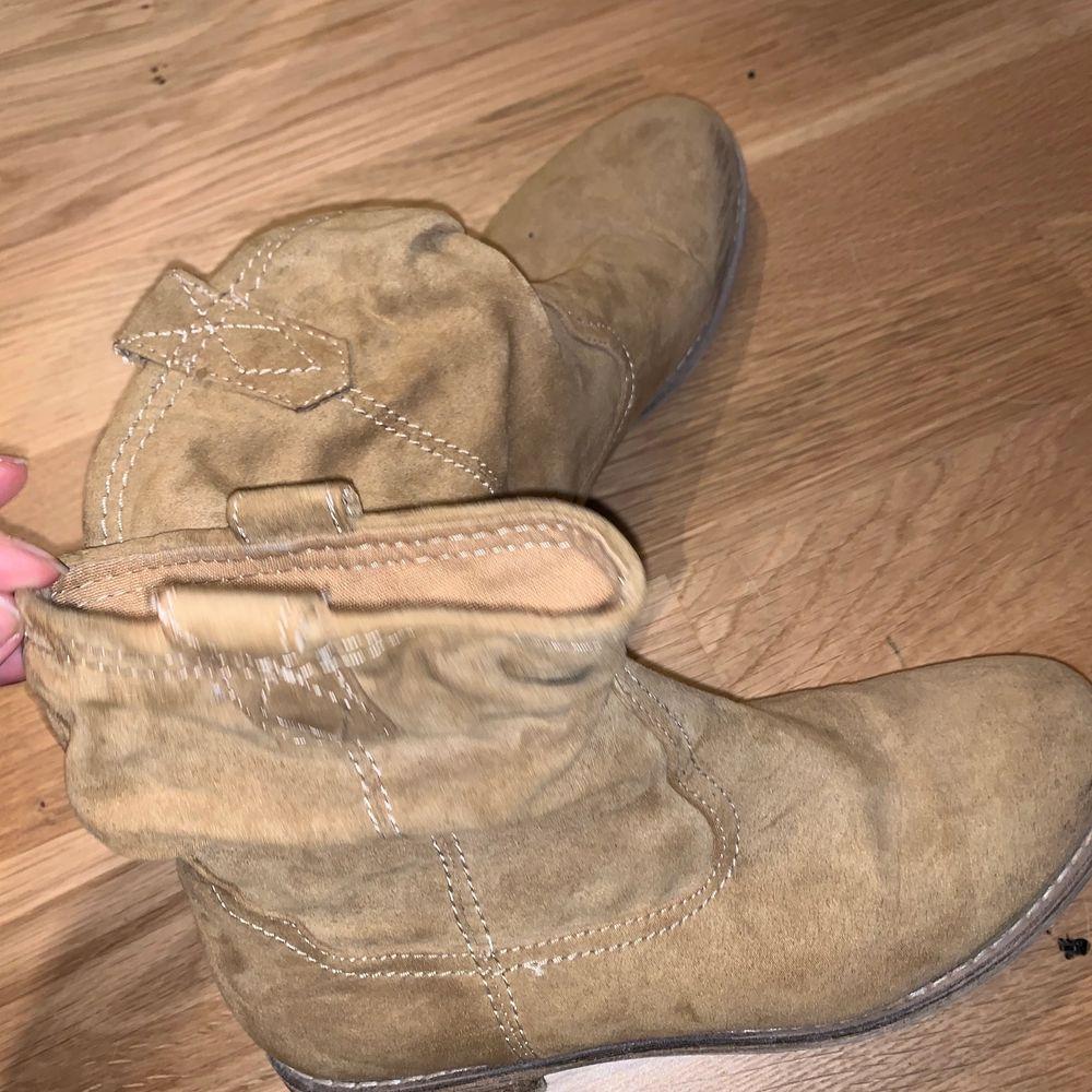 Säljer pga för små. Så snygga. Cowboy vibe!! 🤠⚡️Köparen står för frakt eller mötes upp i sthlm. Skor.