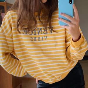 Säljer denna fina oversized sweatshirt köpt på Zalando. Säljes då den inte längre kommer till användning, frakt tillkommer🌸🌸