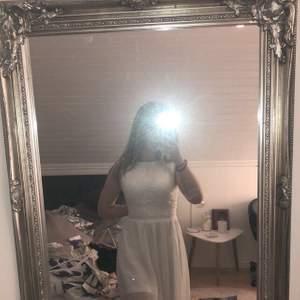 Vit klänning med spets överdrl från CLUB L! Stl 8, skulle säga xxs-xs, den är tyvärr lite liten för mig😢❤️ väldigt fint skick! Skriv för info eller fler bilder🤗