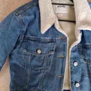 Snygg jeansjacka från Monki! Passar bra nu till hösten & vintern 🍁🍂❄ Den är oversize i storleken och passar XS, säkert även S.                                                                          Säljer pga den inte används längre.                                             Nypris: 600 kr. Finns inte kvar i sortimentet                             Frakt tillkommer!