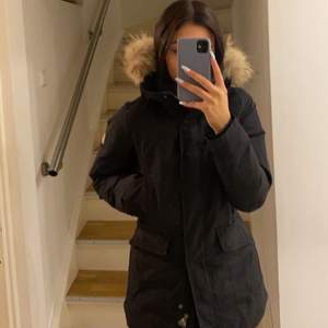 Hej. Jag hade tänkt att sälja min Dolomite jacka. Jackan är i bra skick, endast använd 1 vinter, inget slitage på den. Jackan har en pälskrage som också är i bra skick. Den är köpt för 2500kr och säljer den från 1800 men tar bud över det om det skulle bli en budgivning. (Köparen står för frakten)