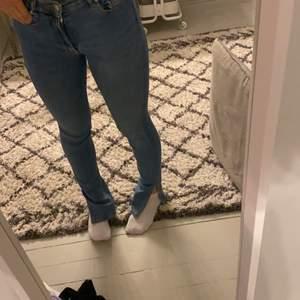 Säljer mina blåa ZaraJeans med slits, nästan helt oanvända... pris är inkl frakt💞💞💞