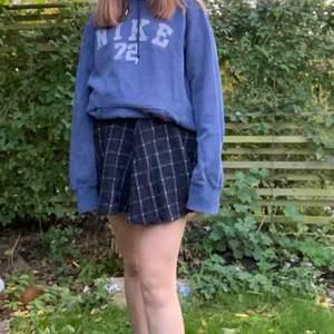Säljer denna jättefina rutiga kjol köpt på en 2-hand. Darför vet jag ej märket. Kan mötas upp i Lund annars står köparen för frakten