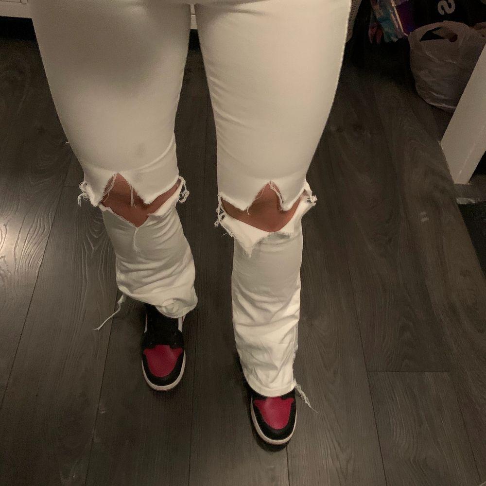 Nu säljer jag dessa skitsnygga jeans, kommer tyvärr inte till användning. Storlek är 28-30 men skulle säga att dem passar på någon med S i byxor🥰. Jeans & Byxor.