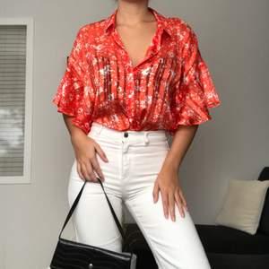 Riktigt fin och elegant blus/skjorta gjort av silkigt material från ett kvalitativt märke. Går att styla på flera olika sätt, såsom stoppa innanför byxorna, knyta knut, ha den helt öppen med något under osv. Det som gör det lilla extra är ju verkligen det speciella mönstret & volangärmarna, så snyggt. Från Inwear. Originalpris: 699kr. Köpare står för frakt(48kr)! Storlek: M(jag har S, så den passar flera olika storlekar beroende på vilken passform man vill ha). Oanvänd.