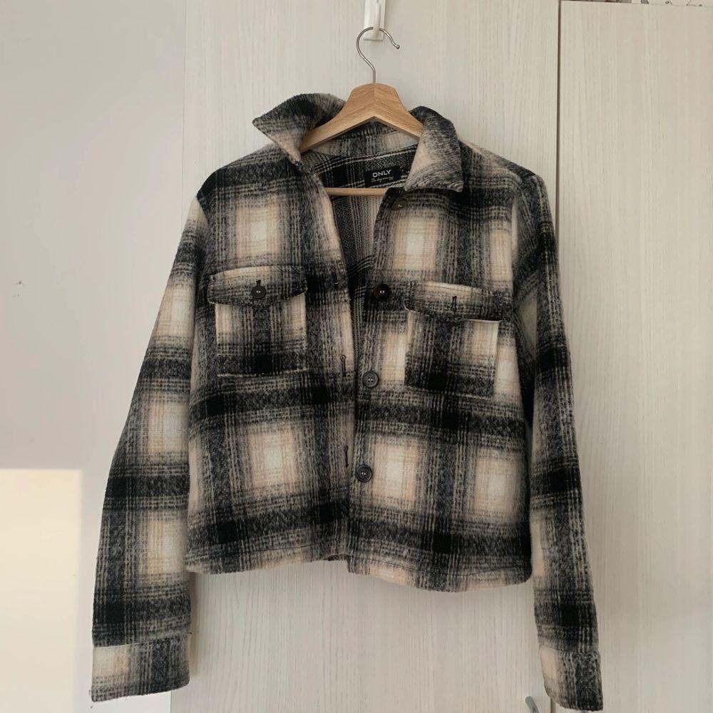 Only skjortjacka använd 3 gånger, köpt från Boozt. Storlek M men sitter ungefär som en S. Nypris 499kr säljer för 250kr inkl frakt🥳. Jackor.