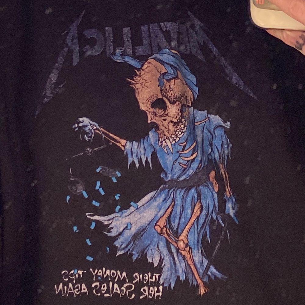 Jätteskön hoodie med bandet Metallica på! Säljer pga att jag inte använder den, nyskick! (Nypris 599)-pris kan diskuteras!. Huvtröjor & Träningströjor.