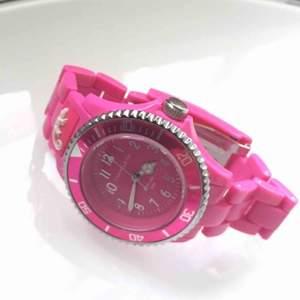 En jättefin och oanvänd klocka som aldrig har kommit till användning.   • Köparen står för frakt!