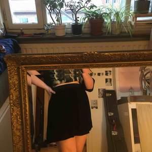 Svart kjol i krossat sammet från Monki🖤
