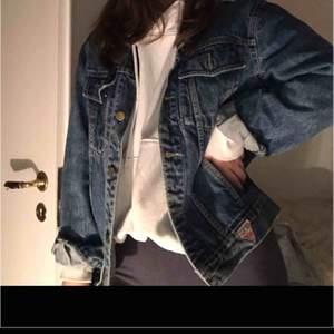 Skit snygg vintage jeansjacka, väldigt fin och klassisk jeansjacka från Guess. Skit bra skick, mörkblå storlek M men passar s också beroende på om du vill ha oversized. Säljer för har 2 jeansjackor. Kund står för frakt