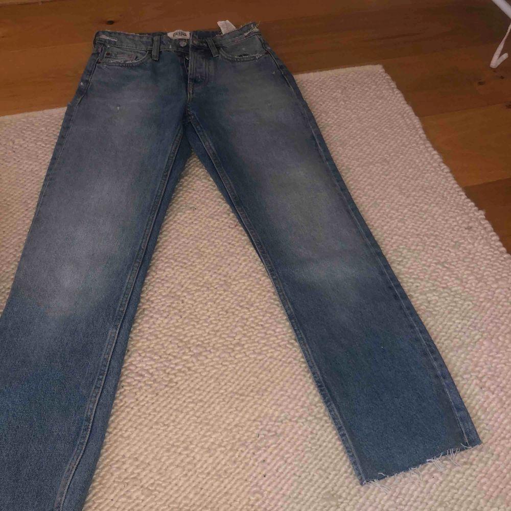 Raka jättesnygga jeans från zara aldrig använda. Jeans & Byxor.