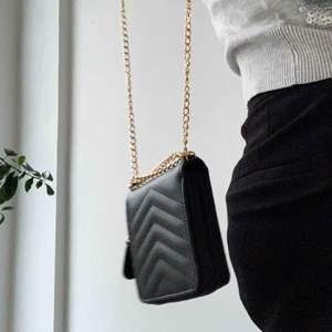 FRAKT INGÅR! Plånboksväska, otroligt praktiskt faktiskt om man bara vill ha en liten väska! Bandet går både att ta bort helt och sätta på ett annat sätt så att väskan blir kortare!🥰🥰 Använd 1 gång, så den är i toppskick!