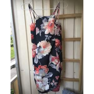 En favoritklänning! Kort och tight modell. Bara använd ca 5 ggr pga att jag gick upp i storlek strax efter köp. Sååå snygg! Underbart mönster och skön kvalitet. Stretch.  Storlek är ungefärlig, kan passa S-L.