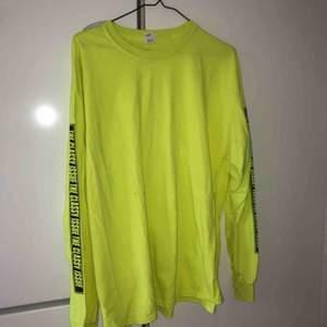 Oversized långärmad tröja i neon från The classy issue. Knappt använd.