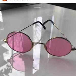 Trendiga runda rosa solglasögon 💖 OBS! Dem svara är redan sålda!! Skriv om du har några frågor & glöm inte kolla in min profil 💘