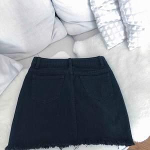 En svart fin jeanskjol från Boohoo, ej använd då den var för liten för mig!  Frakt tillkommer🍸