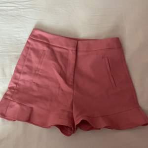 """Säljer dessa snygga rosa shorts i """"kostymmaterial"""" från Zara. Volang nertill. Sååå snygga ser ut som en kjol på! 💕 säljes pga för små tyvärr"""