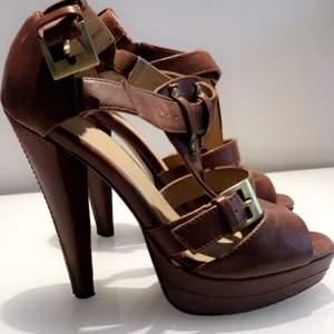 Säljer mina bruna läderklackar från Nelly , 120:- (Frakt tillkommer)