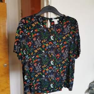 Blus från h&m, obetydligt använd. Har bara hängt i garderoben.