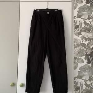 Svara byxor från Asos, perfekt skick då bara använda en gång. Byxorna är ganska små i midjan dock inte liten för en storlek 32, de ser även bra ut när man viker upp dem längst ner.